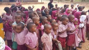 Mit einem Teil der Spenden aus der Schweiz werden in Kenia Schuluniformen für die Kinder der AntoRita-Academy gekauft. Bei den Schulgebäuden in Ukunda stehen Renovationen an.