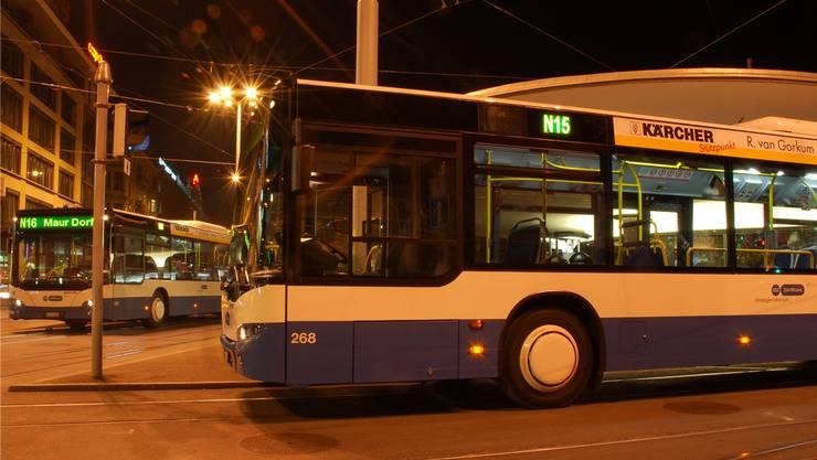 Rendezvous der Nachtbusse am Bellevue in Zürich: «Das heutige Nachtnetz-Konzept stösst an seine Grenzen», sagt ZVV-Sprecher Caspar Frey.