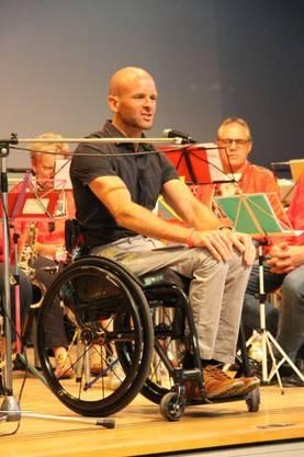 Para-Cycler Cornel Villiger bei seiner Festrede in Remigen.