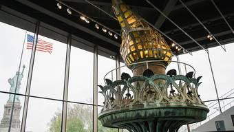 """Hauptattraktion des neuen Museums zu Ehren von """"Lady Liberty"""" im Hafen von New York ist die Original-Fackel. Weil sie marode geworden ist, wurde sie auf der Statue 1984 durch eine Kopie ersetzt. Für die Besucher öffnet der verglaste Museumsbau im Rücken der Statue am 16. Mai."""