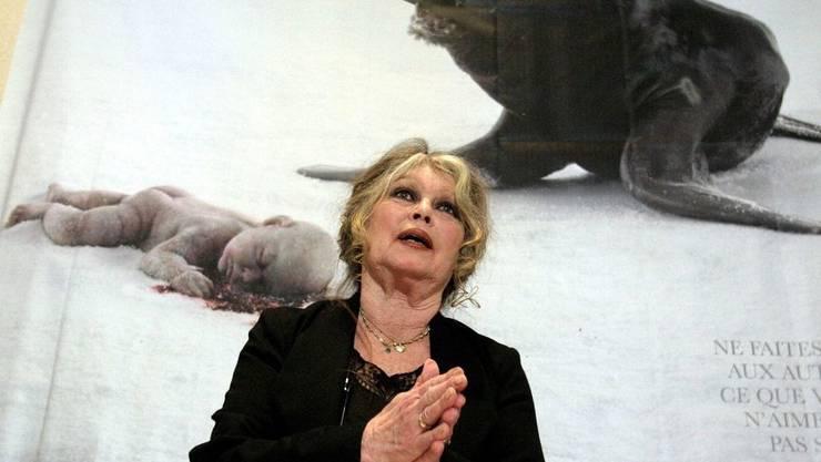 Brigitte Bardot - hier 2006 während einer Kampagne gegen Robbenjagd - geht wieder mit einer drastischen Plakat-Kampagne gegen Pelzträger vor.
