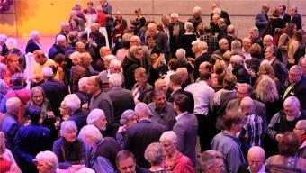 Nach dem Konzert des Sinfonieorchesters Stringendo MKZ genossen die zahlreichen Gäste in der Dietiker Stadthalle den Apéro.