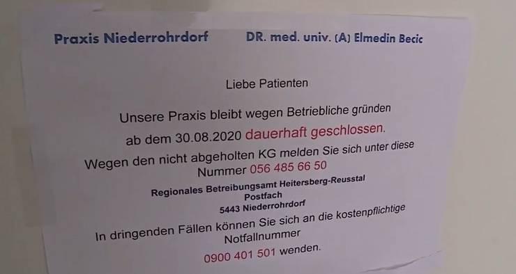 Der Anschlag an der MeinArzt-Praxis in Niederrohrdorf nach der Schliessung