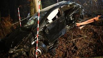 Das total beschädigte Fahrzeug musste durch ein Abschleppunternehmen geborgen und abtransportiert werden.