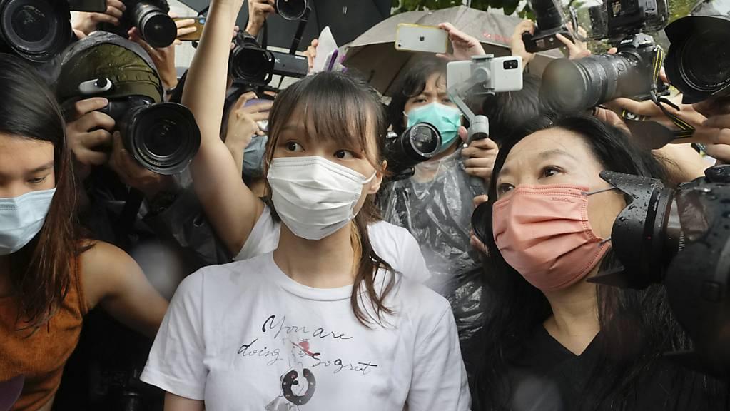 Die in Hongkong von der Polizei verhaftete Aktivistin Agnes Chow (Bildmitte) ist wieder auf freiem Fuss. (Archivbild)