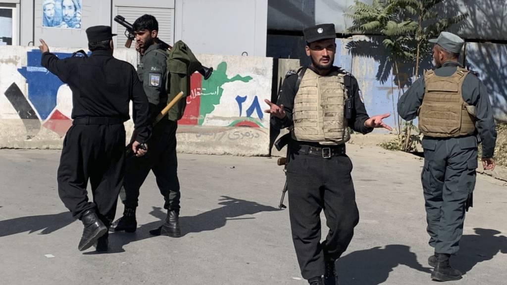 Die afghanische Polizei trifft am Ort eines Anschlags an der Universität Kabul ein. Foto: Rahmat Gul/AP/dpa