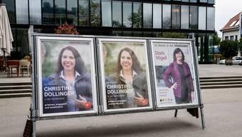 Zweimal Christine Dollinger, keinmal Caroline Mall – zumindest auf diesem Plakatständer der Gemeinde ist das der Fall.