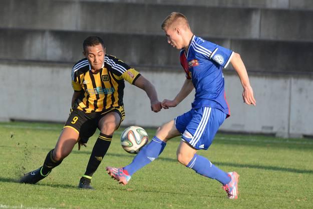 Der Basler Tobias Mumenthaler (r.) im Kampf um den Ball gegen Karim Barry (l.).