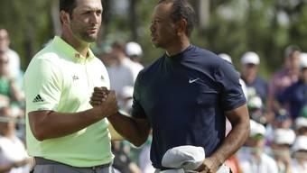 Shakehands nach der ersten Runde: Tiger Woods und der aufstrebende Spanier Jon Rahm