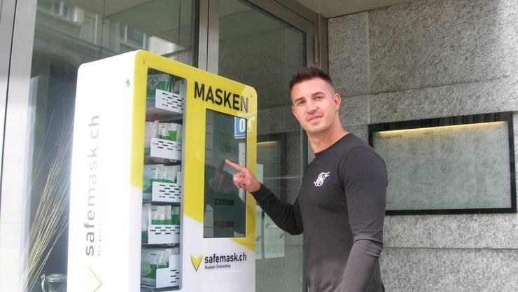 Styn Haueter vor dem ersten Maskenautomaten der Schweiz an der Uraniastrasse 20 in Zürich.