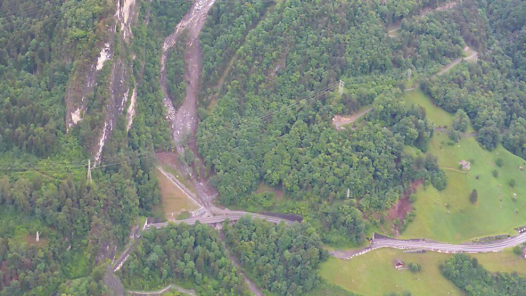 Axenstrasse nach Abgang von losen Felsen wieder befahrbar