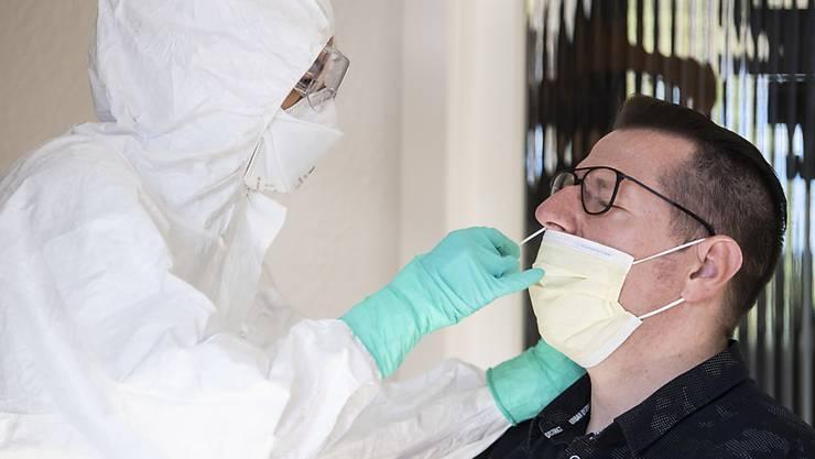 In der Schweiz sind inzwischen über 13'200 Menschen positiv auf das Coronavirus getestet worden. (Themenbild)