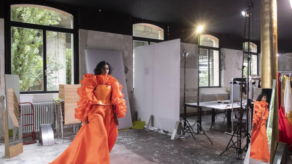 Am Fitting-Day zur der aktuellen Mode-Suisse läuft ein Model mit einem Kleid von amorphose - den Oberkörper in einem Harnisch aus Leder, der genäht wurde wie ein Lenkrad eines Luxusautos.