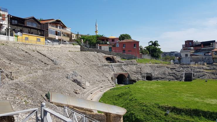 In Durrës findet man das grösste römische Amphiteater der Balkan-Halbinsel. In den 1960er-Jahren stiess ein Anwohner zufällig bei Gartenarbeiten auf die Anlage. Sie ist noch immer nicht vollständig freigelegt; auch, weil noch bewohnte Häuser darauf stehen.