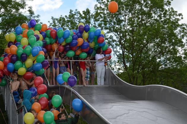 Die Schüler drängen sich mit ihren Ballons auf die Rutsche.