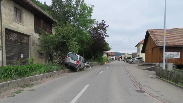 Der Lenker wurde nicht verletzt. Am Fahrzeug sowie an der Gartenanlage entstand Sachschaden.