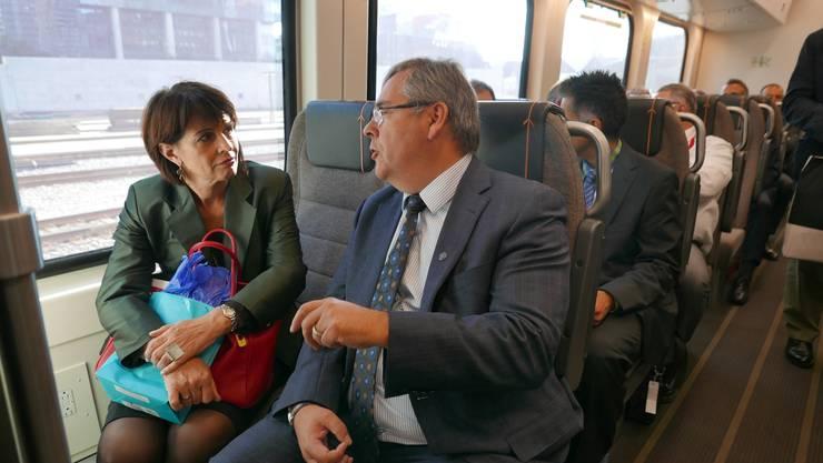 Doris Leuthard fährt im neuen Flughafenzug von Toronto, begleitet vom Bahnchef der Metrolinx.