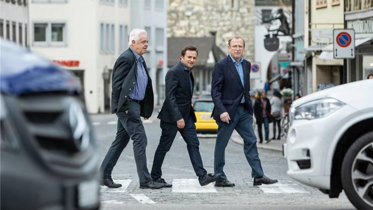 Nicht Abbey Road, sondern Vordere Vorstadt: die Vorstandsmitglieder Marcel Suter und Oliver Bachmann sowie Peter C. Beyeler, Präsident der IG Aargauer Altstädte (von links), unterwegs in Aarau.