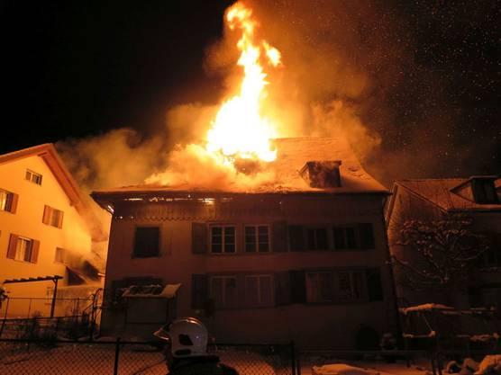 Eine Person konnte sich aus dem brennenden Haus befreien.