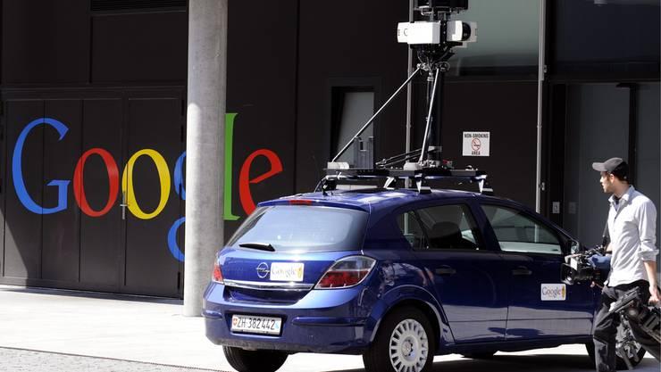 Ein Auto von Street View vor dem Google Sitz in Zürich. Mit Hilfe der aufgebauten Kamera kartografiert es Bilder von Strassen und Häuserzeilen. Ein eingebauter Sensor im Wagen registriert ausserdem drahtlose Netzwerke.