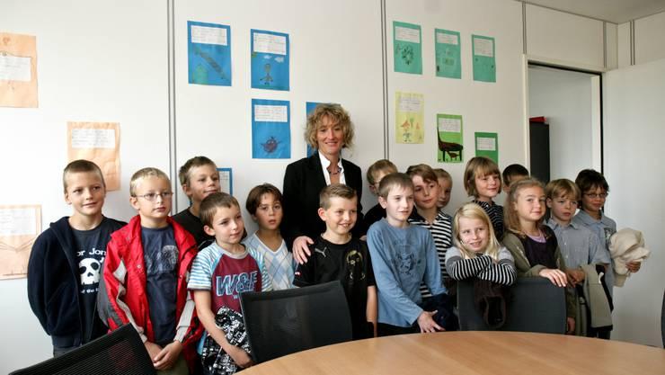 Reitnauer Schüler zu Besuch bei Regierungsrätin Hochuli in Aarau.  PSI