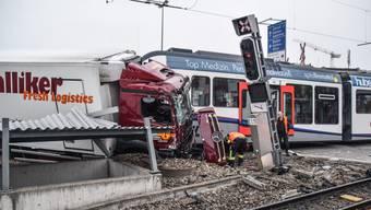 Vermutlich weil der Chauffeur das Rotlicht übersehen hat, ist am Freitag, 19. Oktober, ein Lastwagen mit einer BD-Zugskomposition zusammengeprallt.