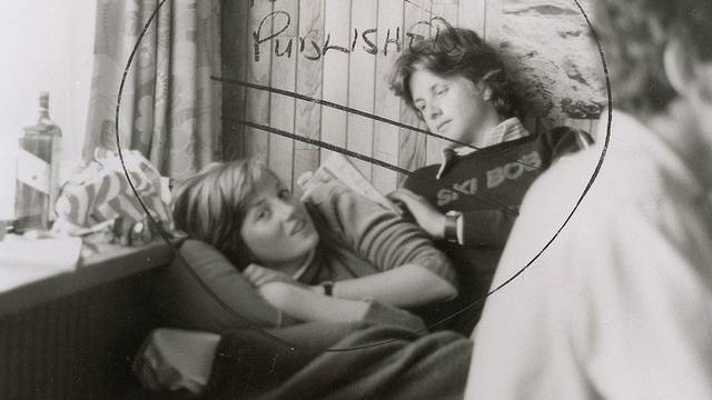 Das Photo zeigt Diana Spencer (links) mit einem Jugendfreund