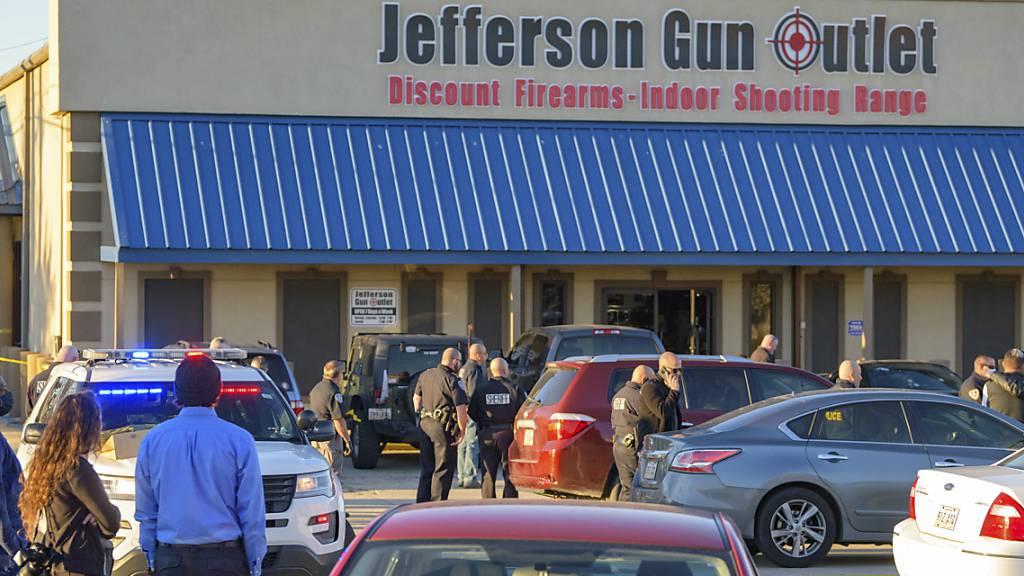 In einem Waffen-Outlet im US-Bundesstaat Louisiana sind mehrere Menschen durch Schüsse getötet und verletzt worden. Foto: Matthew Hinton/AP/dpa