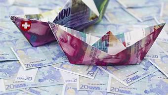 Papierschiffchen aus Schweizer Franken auf Euro Banknoten (Symbolbild)