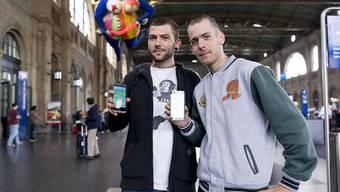 """Ab Samstag ist das neue Handyspiel """"Pokémon Go"""" offiziell auch in der Schweiz erhältlich. Zahlreiche Fans wie hier am Zürcher Hauptbahnhof hatten aber nicht warten können und das Game teils über ausländische App-Konten bezogen. (Archivbild)"""