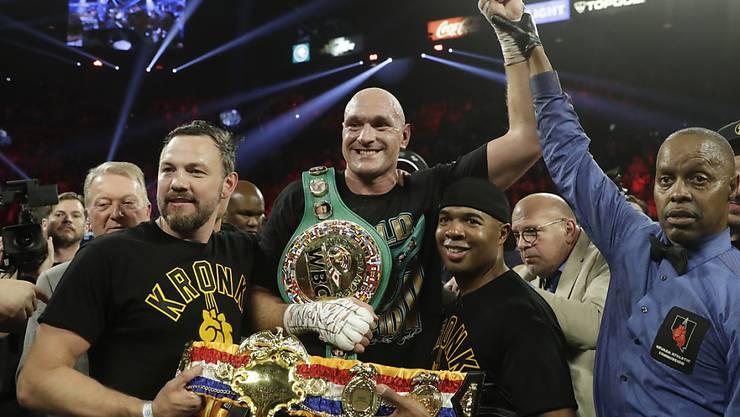 Tyson Fury (Bildmitte) ist neuer WBC-Schwergewichts-Weltmeister