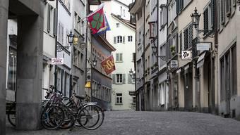 Geschlossene Läden und Geschäfte: Das Coronavirus sorgt für leere Gassen – und damit auch für eine Vollbremsung der Schweizer Wirtschaft. Symbolbild.