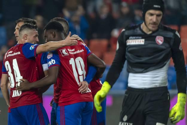 Trotz harzigem Start ist es am Schluss einmal mehr der FCB, der jubelnd vom Platz gehen darf, während Thun-Torhüter Guillaume Faivre alles andere als zufrieden ist.