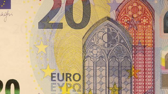 Faksimile der neuen 20-Euro-Banknote am Sitz der EZB in Frankfurt