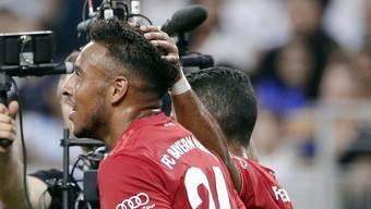 Zufriedene Bayern: Corentin Tolisso, Torschütze des 1:0, wird von Teamkollege Thiago Alcantara beglückwünscht