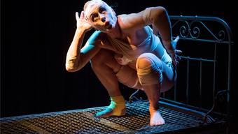 Künstlerin Stella Palino spielt eine zu Mensch gewordene Mücke im Stück «Die Mücke spricht». Alex Spichale