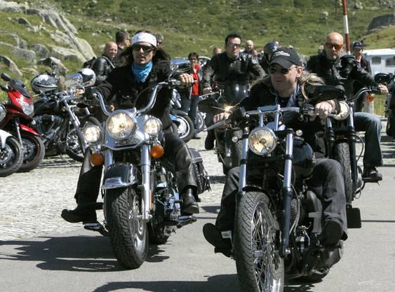 Die Gotthard-Rocker Steve Lee, links, und Leo Leoni auf Harleys auf dem Weg zum Openair auf dem Gotthard Pass.