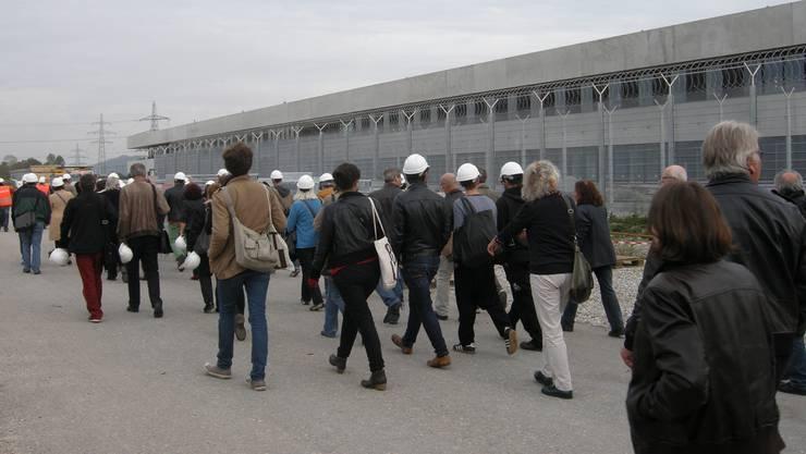 «Freiwillig in den Knast». Über 50 Solothurner Kunstschaffende nahmen gestern einen Augenschein in der neuen Justizvollzugsanstalt Schachen.