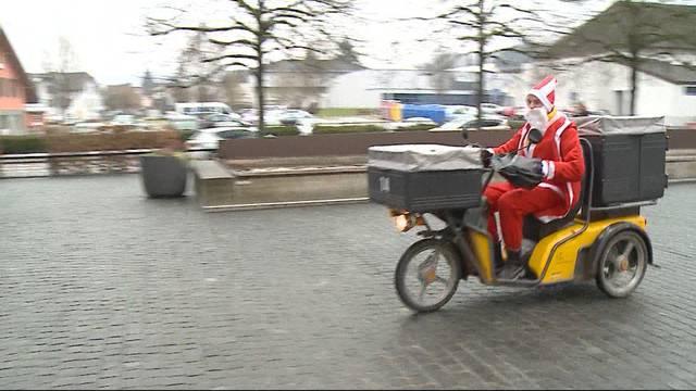 Weihnachtsmann verteilt Päckli mit Töff