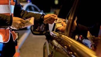 Fahrausweis bitte: 6371 Autofahrer mussten 2018 im Aargau das Billet abgeben. (Symbolbild)