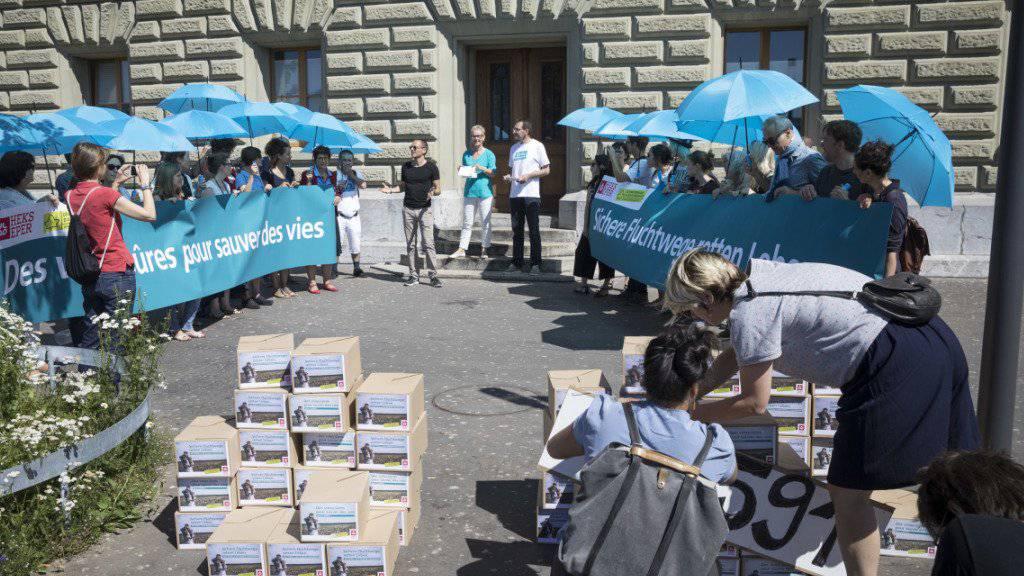 """Übergabe der Petition für """"sichere und legale Fluchtwege in die Schweiz"""" am Donnerstag in Bern."""