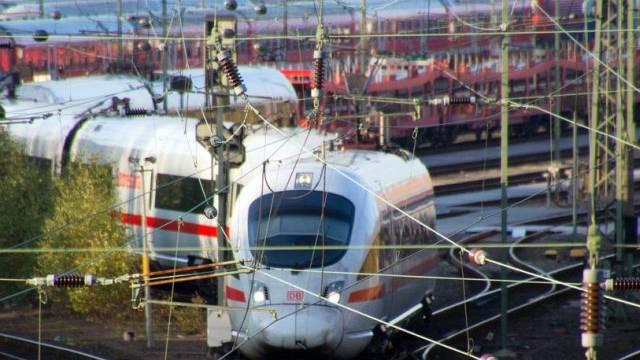 Zug der Deutschen Bahn verlässt Depot in Hamburg (Archiv)