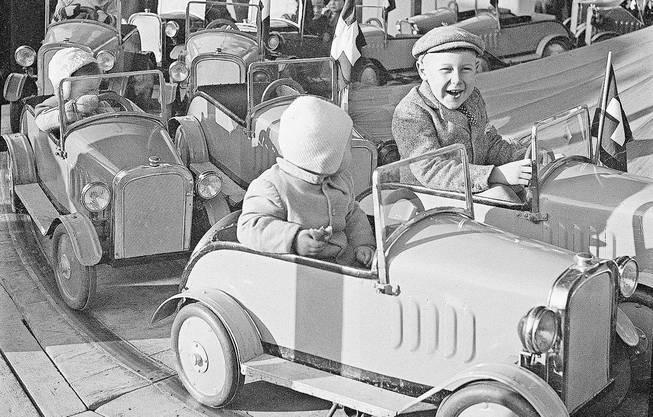 Etwas gemächlicher als heute, aber nicht minder lustig: Bahn beim Riehenring, aufgenommen 1939.  Bild: Staatsarchiv BS