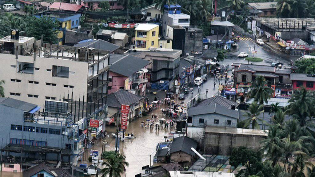 Ein Teil der 70 Kilometer von Colombo entfernten Stadt Agalawatte steht unter Wasser.