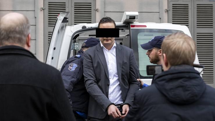 Der Angeklagte wird zum Prozess vor dem Bezirksgericht Aarau gebracht.