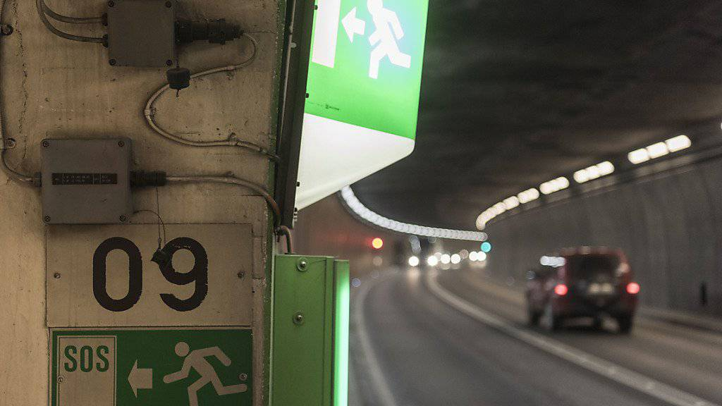 Ein Autofahrer überholte im Sommer 2014 rund zehn Mal im Gotthard-Strassentunnel. Am Montag wurde er dafür von einem Tessiner Gericht in Abwesenheit zu einer Freiheitsstrafe verurteilt. (Symbolbild)
