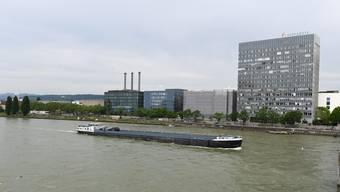 Auch bei Novartis reduziert man die Kühlung in den Bürogebäuden, die mit Rheinwasser gekühlt werden.