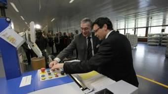 Per Knopfdruck symbolisch das Zentrum zum Betrieb freigegeben: Regierungsrat Christoph Bruntschin (l.) und Rolf Althaus, Leiter LZB Basel.