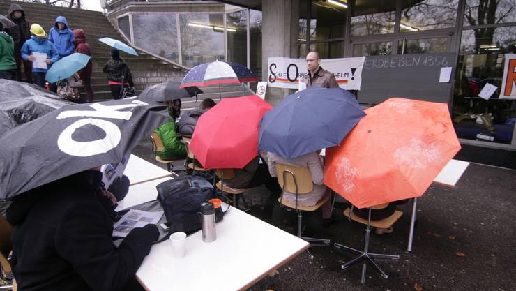 Bereits Ende November protestierten die Schüler des Gymnasiums Münchenstein mit «Freiluft-Unterricht» gegen den ihrer Ansicht nach unhaltbaren Zustand des Gebäudes.