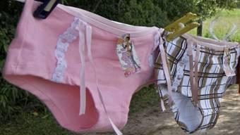 Die Italienerin Giulia Tomasello zeigt einen Damen-Slip, der sich dem Säuregehalt der Vagina der jeweiligen Trägerin anpasst. (Symbolbild)